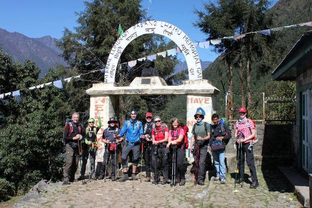 Här, vid porten i Lukla, börjar vårt äventyr!
