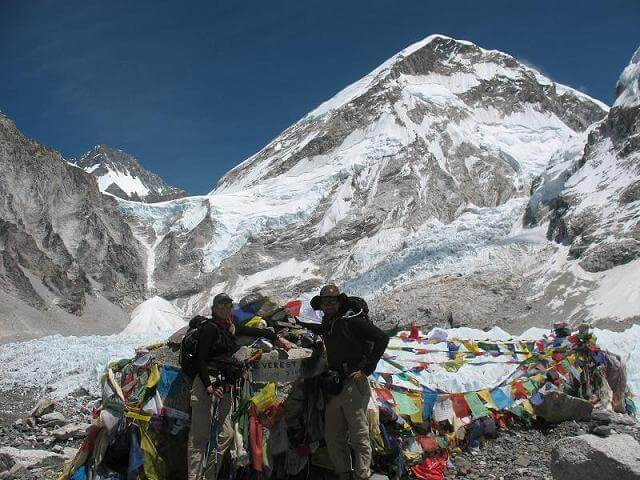 Emma och Mats vid legendariska Mount Everest Base Camp