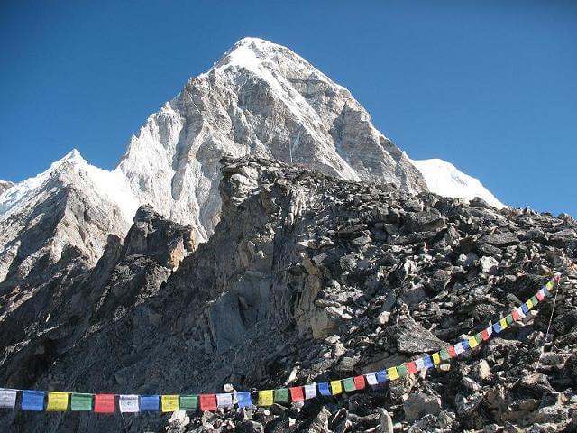 Foto över Pumori på vär väg upp till Kala Pathars topp