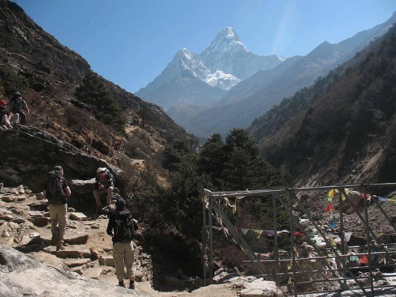 Bron över Imja Khola och Ama Dablam