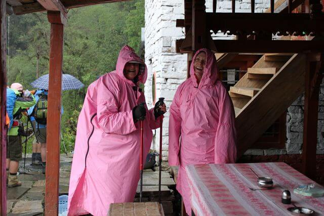 Nicki & Maree tappade inte det glada humöret, trots de kraftiga regnskurarna