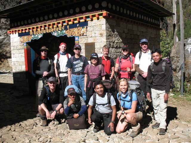 Hela gruppen framfor porten in till Sagarmatha National Park