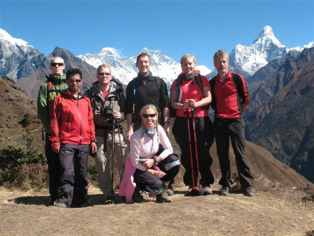 Isak, Johan, Dan, Emelie, Anders, Sara och Christina framfor Nuptse, Mount Everest, Lhotse och Ama Dablam