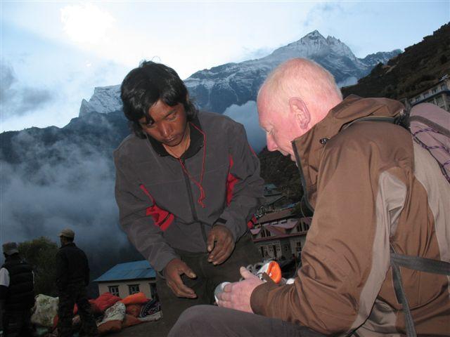 Dan fyndar skor pa Tibetanska marknaden i Namche