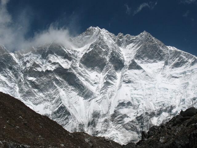Vägen ut till Island Peak går längs med Lothse's imponerande 3 km lodräta vägg