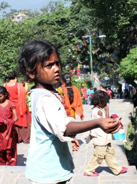 Liten nepalesisk flicka i Kathmandu