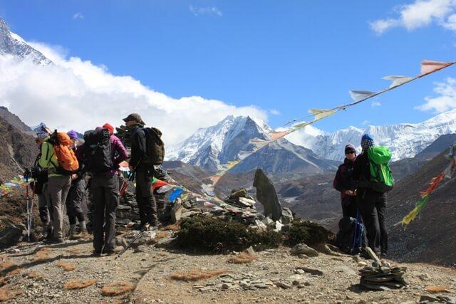 Gruppen beundrar Island Peak strax ovanfor Pheriche