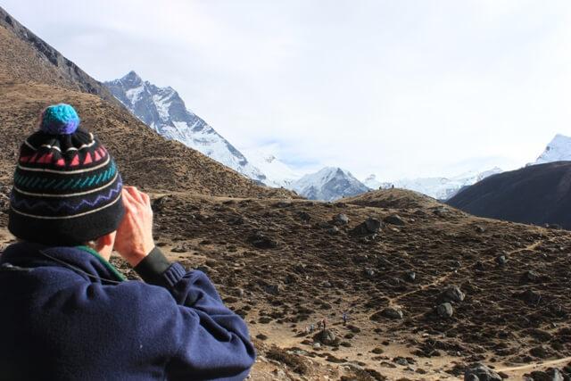 Per Gunnar med kikaren i hogsta hugg - spanar ut mot Island Peak!