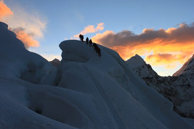 Vandring over Island Peak's vackra glaciar