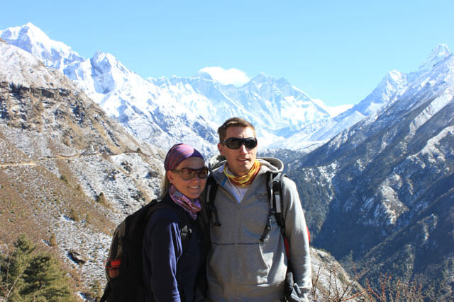 Susanna och Jonas framfor vyerna av Everest