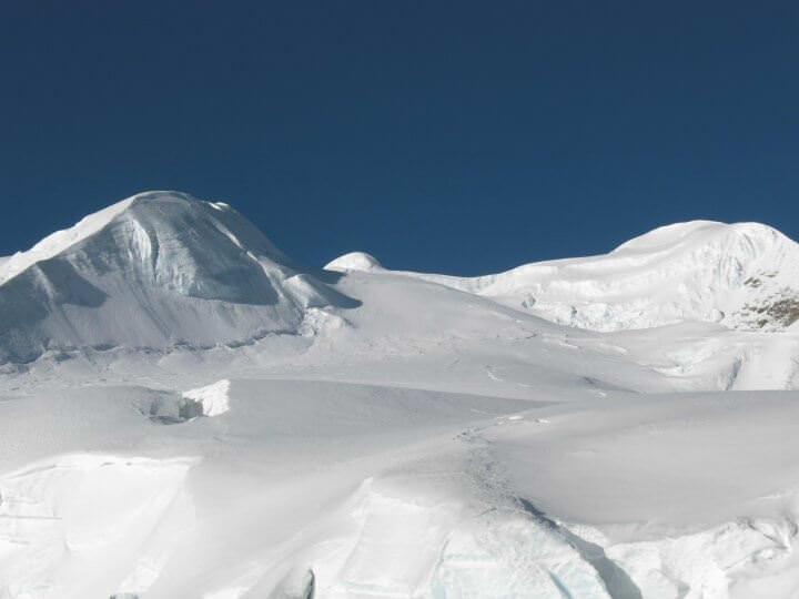 Snö, glaciär och berg var man än tittar...