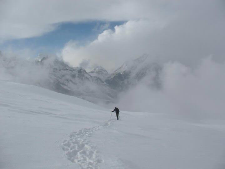 Stig utmanar vinden och snön på Mera La