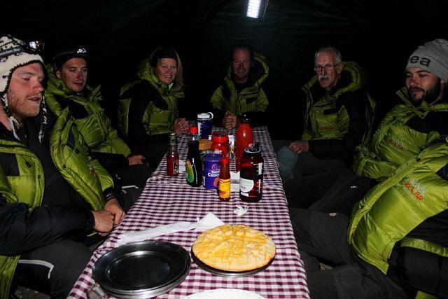 Sista middagen i baslägret - i morgon bär det av upp till High Camp!
