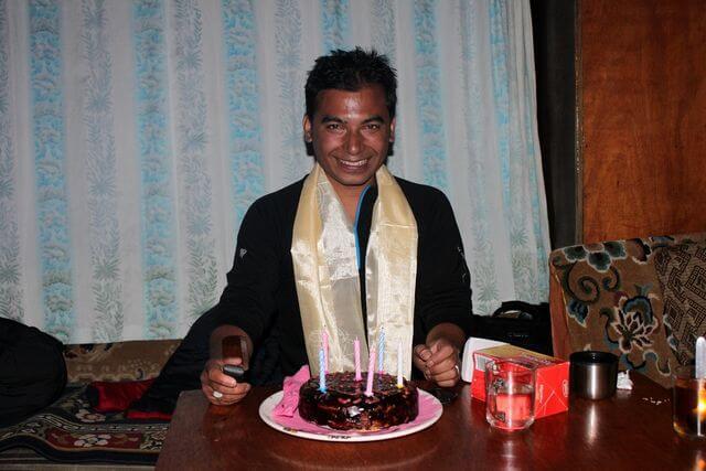 Födelsedagskalas i Lobuche! Vår guide Saran fyller 37.