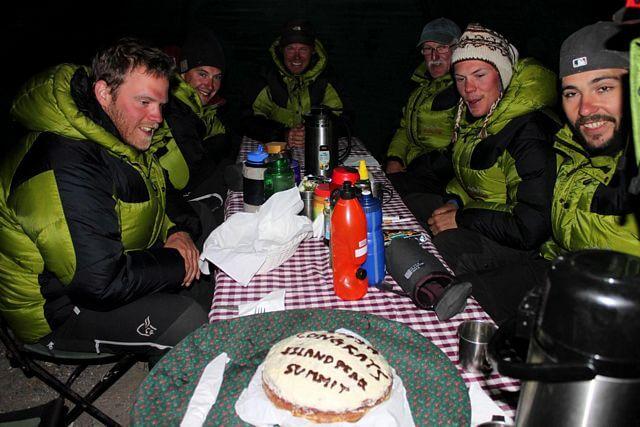 "Tårta på 5100 möh. ""Congrats Island Peak summit"""