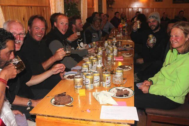 En välförtjänad öl till hela gänget - Skål och grattis till en lyckad expedition!