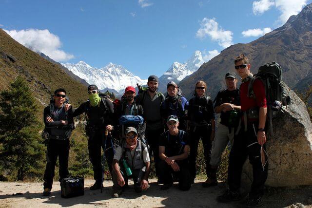 Hela gruppen samlade framför Himalayas toppar