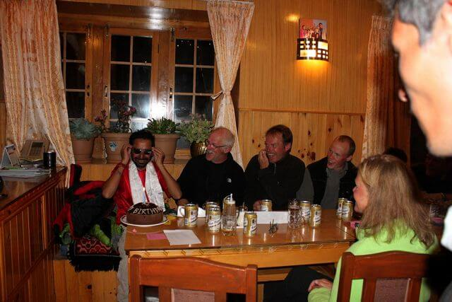 Åter i varma trygga Namche. Anand som heroiskt lånade ut sina glasögon under expeditionen och blev snöblind på kuppen, fick ett par sprillans nya fina bågar av tacksamma expeditionsmedlemmar på sin födelsedag.