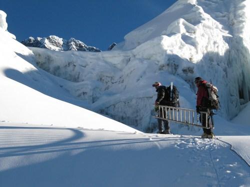 Vår klättersherpa Ang Namge Sherpa och vår guide Saran på väg up för glaciären.