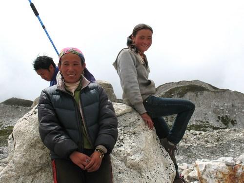 Mor och dotter som ledde oss över Ngzumpa glaciären.