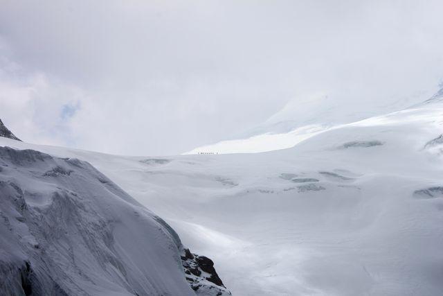 Våra bärare som små prickar ute på glaciären.