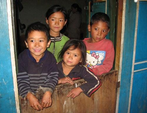 Nyfikna barn i Thade