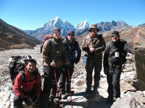 Laddade bergsklättrare på väg ut mot Island Peaks basläger