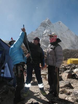 Saran och vår klättersherpa Mingma hjälper Anders med klätterutrustningen