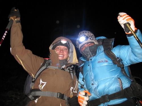 Emelie och Saran under toppbestigningen av Island Peak