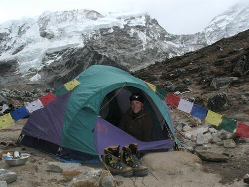 Emelie vid sitt tält i Island Peak BC