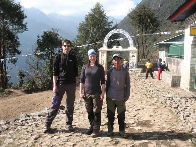 Vi klarade det! Ulf och Kicki med vår sherpa Om i Lukla