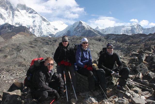 Glada deltagare på väg ut mot Island Peak