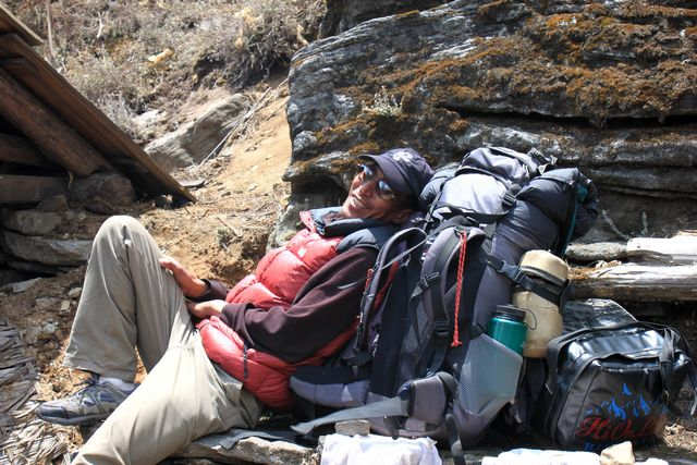 Vår eminenta klättersherpa Pema vilar ut efter vår lunch