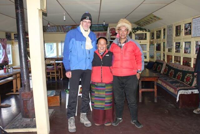 Per Gunnar med det trevliga vardparet pa Sonam Friendship Lodge i Dingboche