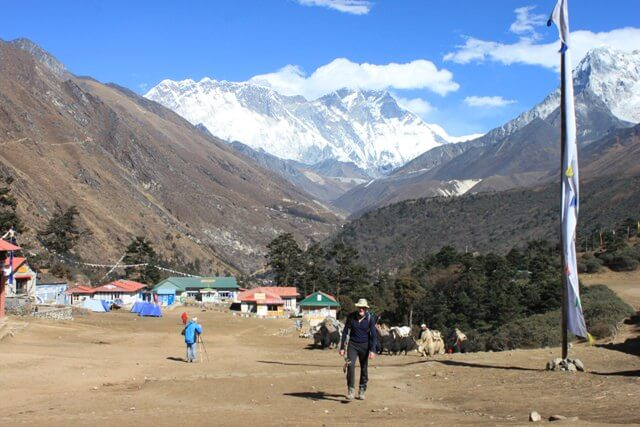 Per Gunnar i Tengboche. Everest, Nuptse & Lhotse i bakrunden