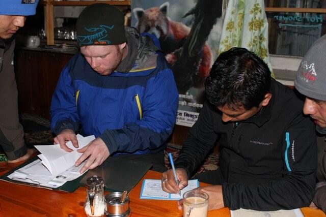 Var praktikant Lars gar igenom pappersarbete med Saran i Benkar