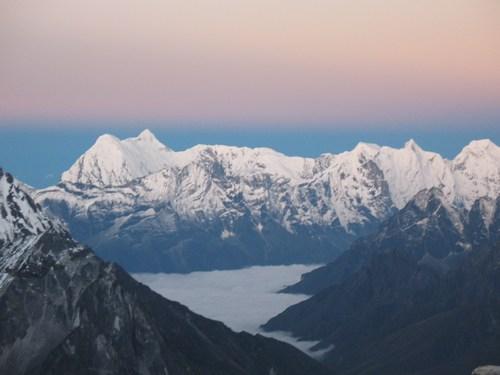 Soluppgång över Khumbu. Foto taget strax under Crampoon point, Island Peak.
