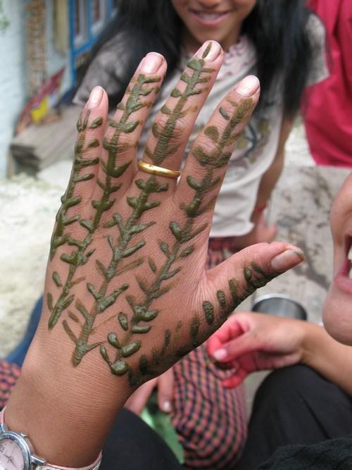 Hennamålad hand inför festivalen i Thade.