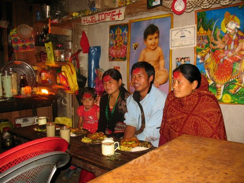 Vår sherpa Om med fru och Hari's fru och dotter under festivalen Dashain
